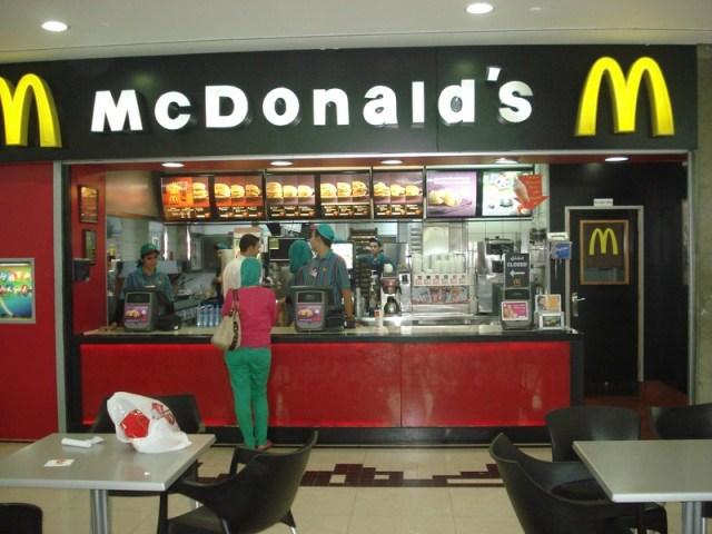 City Mall - Amã - Jordânia. Reparem o uniforme da caixa e a cliente