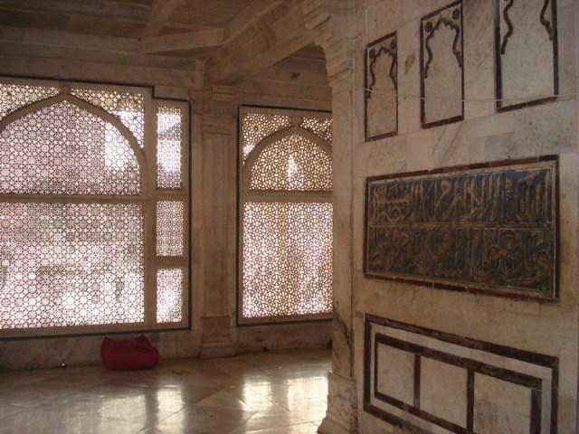 Interior da tumba do Sufi. É linda e proibido tirar fotos