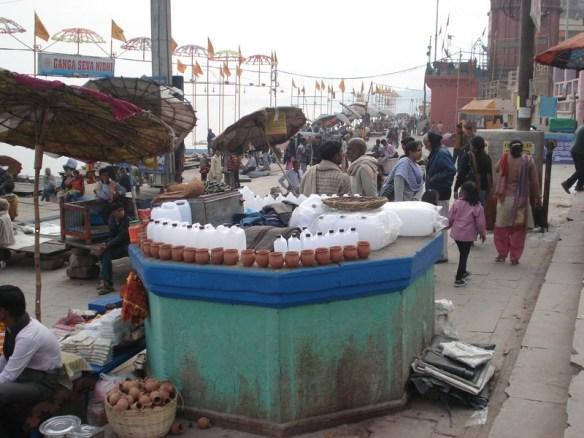 Vendem essas vasilhas para que as pessoas possam levar a água do Ganges