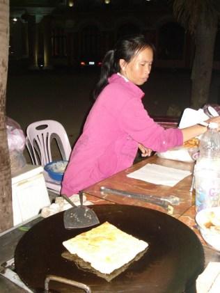 Fazendo a panqueca típica das ruas de Vang Vieng