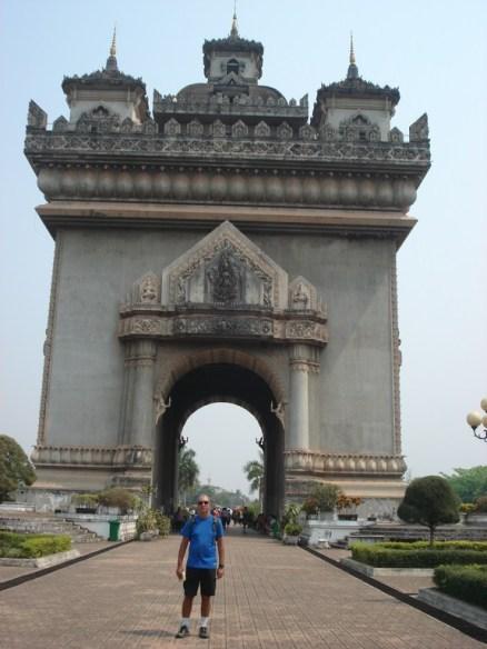 Patuxai – Victory Gate – fica no coração da cidade e no final de uma avenida que ficou muito parecida com as largas avenidas de Paris