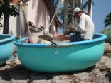 Pescador fazendo suas tarefas dentro do barco redondo
