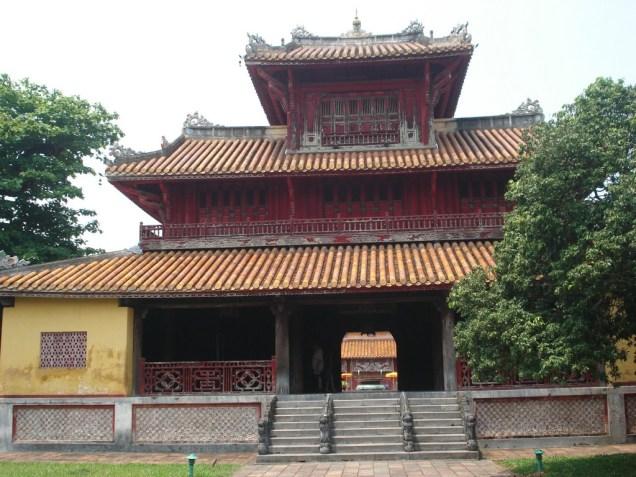 Pavilhão Hien Lam que é o edifício mais alto de toda a Cidade Imperial. Construído pelo imperador cheio de filhos e o mais famoso de todos
