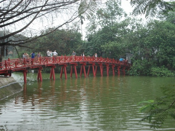 A ponte Raio de Sol (The Huc) no lago Hoan Kiem, cartão postal de Hanói