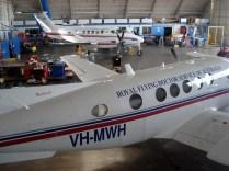 Royal Flying Doctor Service que é responsável por atender todo o Outback na parte de saúde. Como o país é enorme o outback é meio vazio essa é a única chance que eles têm de ter serviço de saúde rápido quando necessário.