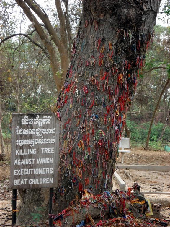 Árvore em que eram mortas as crianças. Pegavam pelos pés e batiam a cabeça no tronco. Essa será sempre a nossa lembrança do Camboja triste.