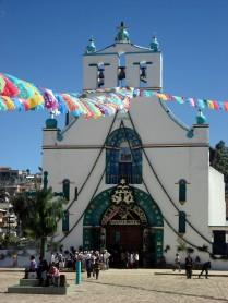 A igreja de San Juan, na cabeceira da cidade fica cheia de velas coloridas e fumaça da queima de incenso de resina copal
